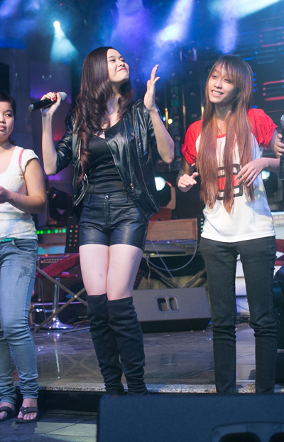Trong buổi offline, cô trình diễn ca khúc 'Đơn côi' remix khuấy động sân khấu.