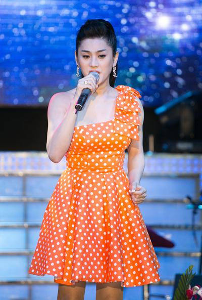 Lâm Chi Khanh thể hiện liên khúc '60 năm cuộc đời' và 'Túp lều lý tưởng'.