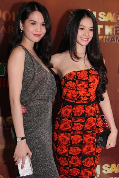 Ngọc Trinh đọ dáng cùng đàn em Linh Chi.