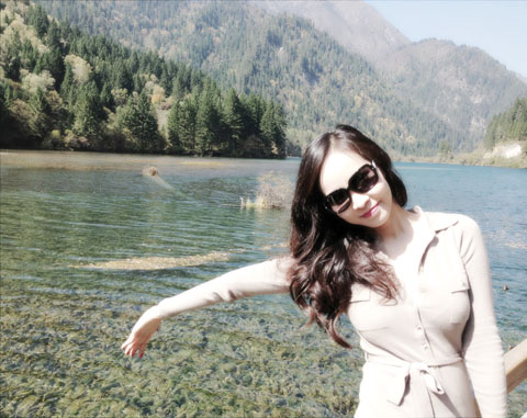 Cô tranh thủ chụp ảnh trong khung cảnh thiên nhiên tuyệt đẹp này.