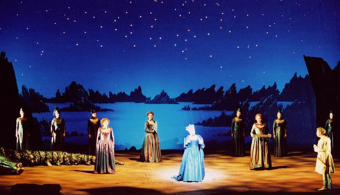 """Một cảnh trong vở nhạc kịch """"Cây sáo thần"""" do Nhà hát sân khấu quốc gia Berlin, Đức, trình diễn năm 2010."""