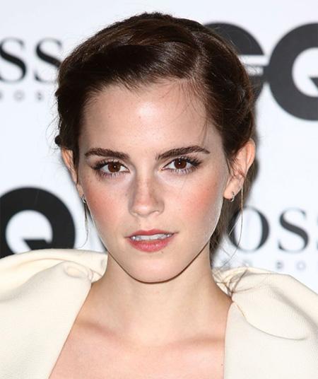 """Emma Watson (Emma Watson) với """"Harry Potter"""" series nổi tiếng trên thế giới, với một vẻ thanh lịch cổ điển và thời trang khía cạnh thẩm mỹ hiện đại trong trang điểm mắt, không sử dụng quá nhiều những vết ố màu mắt, nhưng có đáy dày sửa đổi mắt lông mi, một phần để tăng cường cuối mắt lông mi dài, làm cho đôi mắt quyến rũ hơn."""