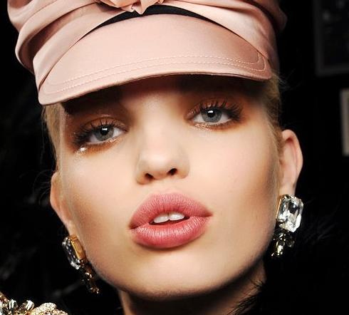 """Trong những năm gần đây, retro ngành công nghiệp thời trang nữ đã được xu hướng suy giảm, nếu bạn muốn đi bộ trên một trang điểm retro, lông mi giả rằng gói này là thích hợp nhất cho nó. Trong quý này, D bậc hai (Dsquared2) 2013 Tuần lễ thời trang mùa đông chàng lông mi giả đã được sử dụng rộng rãi. Điều này được đặc trưng bởi lông mi lông mi trên của """"keo"""" với nhau, trông lông mi hình thành các cụm hình dạng, đặc biệt, cảm giác retro đầy đủ."""