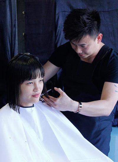 Nhiều thí sinh hy sinh mái tóc để thay đổi diện mạo.