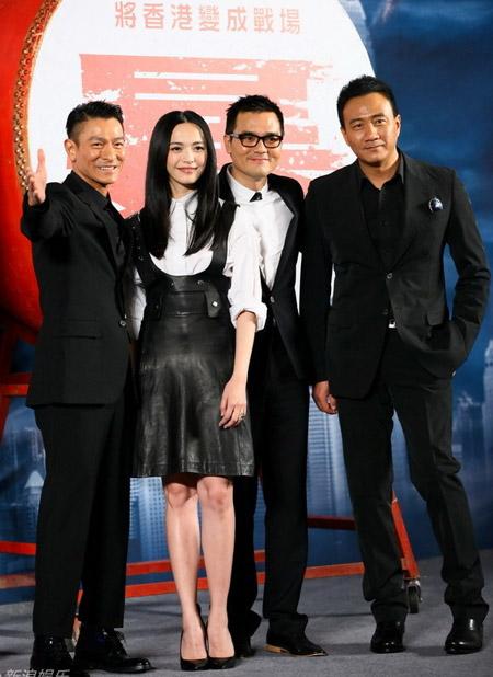 Lưu Đức Hoa, Diêu Thần, Lâm Gia Đống và Hồ Quân vui vẻ trên sân khấu sự kiện.