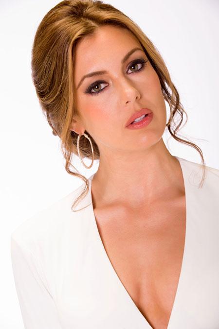 Miss Mỹ - Erin Brady.