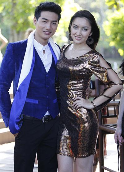 Duy Linh (trái) là một trong số những người mẫu Việt Nam tham gia cuộc thi. Anh làm quen với thí sinh đến từ Hàn Quốc