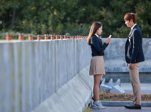 Đoàn làm phim Những người thừa kế mới công khai loạt ảnh hai diễn viên chính Park Shin Hye và Lee Min Ho.