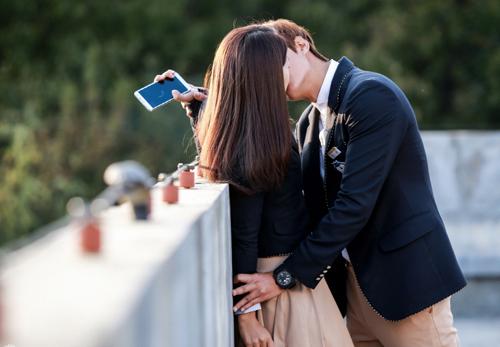 Và vốn rất thân thiết, gặp nhau thường vui đùa rất thoải mái song khi đóng cảnh hôn nhau này, cả hai khá căng thẳng. Cả hai mất ba giờ đồng hồ để hoàn thành cảnh quay hôn nhau lãng mạn này.