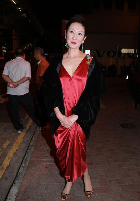 Sina đưa tin, hôm 29/10, Thi Nam Sinh - chuyên gia nổi tiếng trong lĩnh vực sản xuất phim Hong Kong đồng thời là vợ đạo diễn Từ Khắc  được Bộ Văn hóa và Truyền thông Pháp trao tặng huân chương về cống hiến trong lĩnh vực văn hóa nghệ thuật.
