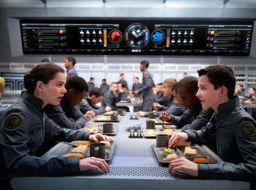 Hailee Steinfeld (trái) và Asa Butterfield - hai nhân vật chính trong phim. Ảnh: Lionsgate.