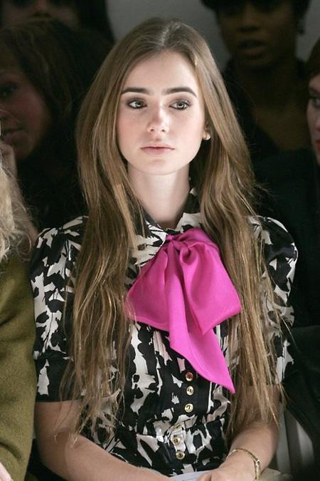 4. Những chiếc khăn dài, mỏng nhẹ sẽ thích hợp nhất biến thành chiếc thắt lưng, đặc biệt khi đi dã ngoại. Lồng khăn như dạng thắt lưng thông thường, nhưng hãy buộc nút thắt lệch để có một chiếc thắt lưng với phong cách thật phóng khoáng.