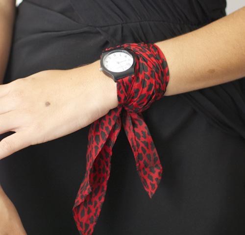 5. Bạn có thể tạo nên một chiếc nơ cổ mềm mại, kiểu cách chỉ bằng khăn choàng. Cách ứng dụng này thích hợp những cô nàng công sở, đặc biệt với những trang phục có cổ như sơ mi. Chất liệu mềm, màu sắc trang nhã sẽ tăng thêm phần thanh lịch cho trang phục.