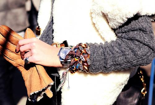 6. Một cách hay nhằm tận dụng khăn choàng không dùng nữa là biến chúng thành phần dây của một chiếc đồng hồ. Loại khăn nhiều hoa văn sẽ giúp bạn có được chiếc đồng hồ mới theo cách đầy sáng tạo