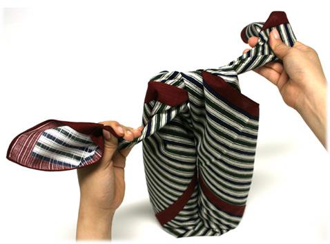 8. Gói quà trong một chiếc khăn choàng màu trang nhã và người được tặng sẽ có được cả hai món cùng lúc. Cách này làm tăng thêm phần lịch sự khi bạn chọn một món quà bình thường.