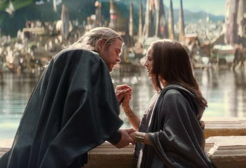 """Thor và người tình Jane trong một cảnh phim """"Thor: The Dark World"""". Ảnh: Marvel."""