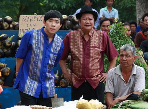 """Trấn Thành và danh hài Thanh Nam (thứ hai từ phải sang) trong một cảnh của """"Hai Lúa"""".]"""