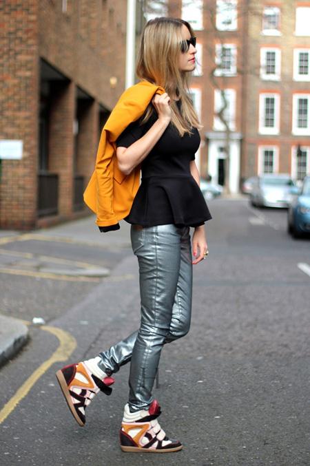Một trong những cách mix đồ cổ điển nhất của giầy vải là kết hợp với quần jean ống ôm. Tiếp đến là một chiếc áo len mỏng màu hạt dẻ cùng một chiếc khăn màu mù tạp để tạo sự cân đối màu sắc và thêm chất cho trang phục.