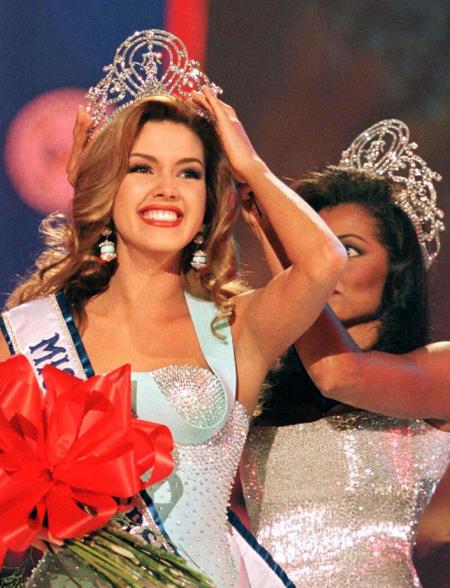 Khi việc vóc dáng đã êm xuôi thì cô lại bị chỉ trích dữ dội vì tham gia vào một game show có liên quan đến sex (chương trình La Granja của Tây Ban Nha). Rồi cô lại đồng ý chụp ảnh khỏa thân cho tạp chí Playboy của Mexico năm 96 và Playboy của Mỹ số tháng 10/2007.