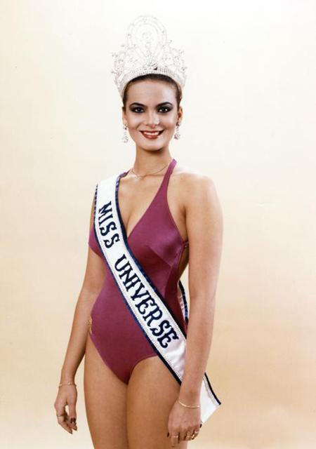 Maritza Sayalero sinh năm 1961, đăng quang Miss Venezuela năm 1979 và trở thành Hoa hậu Hoàn vũ đầu tiên người Venezuela trong cuộc thi cùng năm.