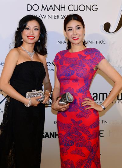 Nhiều nữ nghệ sĩ đều chọn trang phục của nam thiết kế để xuất hiện trên hàng ghế khán giả thưởng thức sô diễn. Trong ảnh: Hoa hậu Hà Kiều Anh (phải) bên người đẹp Ngô Mỹ Uyên.