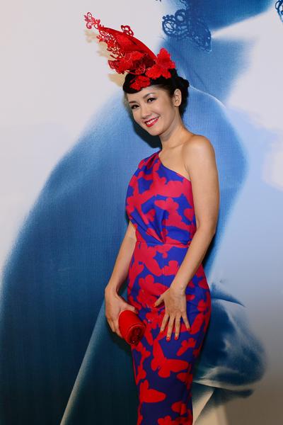 Tông màu xanh dương và đỏ được kết hợp khá hài hòa trong trang phục và phụ kiện của Hồng Nhung.