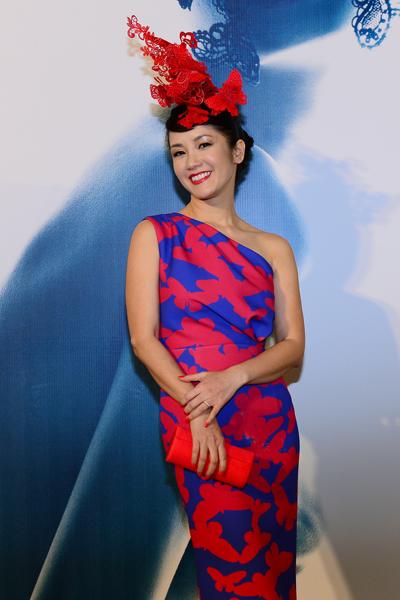 Tối 12/11, Hồng Nhung là một trong số nhiều khách mời, nghệ sĩ tham dự buổi ra mắt bộ sưu tập thời trang mùa thu đông của nhà thiết kế Đỗ Mạnh Cường.