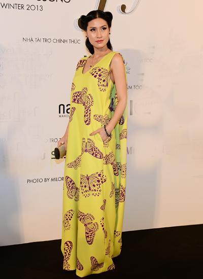 Kathy Uyên đẹp giản dị trong váy thân rộng.