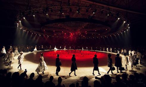 Mỗi khán giả đã có một cách cảm nhận riêng về không gian đầy lãng mạn và thơ mộng của đêm thời trang Butterfly. Ảnh: Kiếng Cận