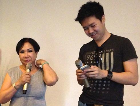 Ca sĩ Lệ Thu (trái) tập luyện cùng Lê Hiếu chuẩn bị cho đêm diễn phòng trà.