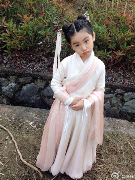 Nhà biên kịch Thần điêu đại hiệp 2013, Vu Chính, mới đây hé lộ hình ảnh diễn viên nhí đóng Tiểu Long Nữ thời nhỏ. Cô bé Trương Tử Mộc lập tức gây chú ý bởi gương mặt xinh xắn, điệu bộ nhí nhảnh, đáng yêu.