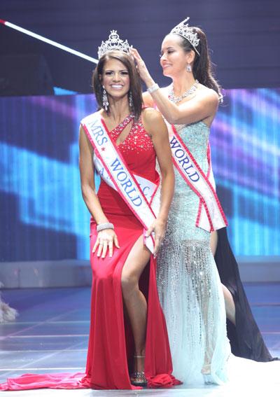 Hoa hậu Quý bà Thế giới 2011 Lufriu April trao vương miện cho người đồng hương.
