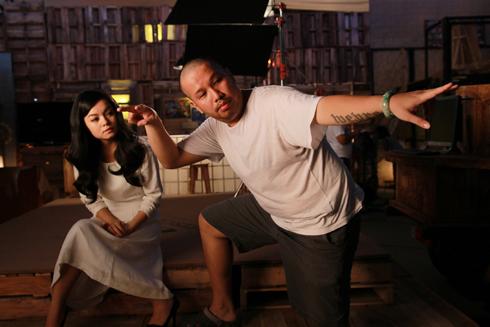 Đạo diễn Nguyễn Quang Huy (phải) hướng dẫn vợ trong một cảnh quay MV.