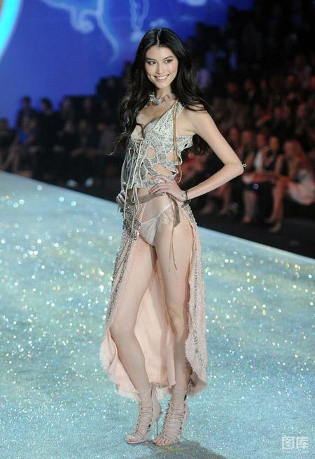 Siêu mẫu Hà Tuệ trên sàn diễn Victoria's Secret 2013.