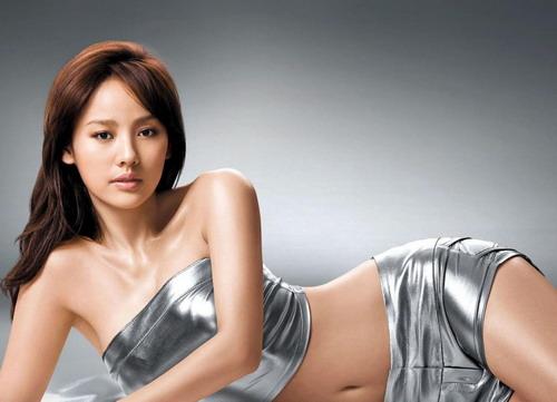 Lee Hyori là một trong những ca sĩ có tên tuổi lan rộng ra khỏi biên giới Hàn Quốc. Cô từng là thành viên nhóm nhạc Fin.K.L. đình đám xứ kim chi những năm 1990 và cũng trưởng thành từ một cuộc thi tìm kiếm tài năng âm nhạc.