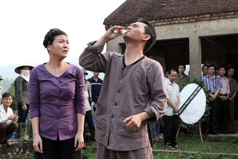 Trung Hiếu và Kim Oanh trong vai anh Dỏ và cô Ló. Ở phần 2, số phận hai nhân vật này có nhiều bước ngoặt lớn.