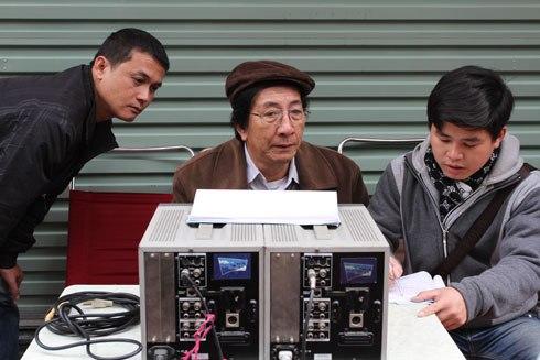 """NSƯT Nguyễn Hữu Phần (giữa) vừa là đạo diễn vừa là tác giả kịch bản """"Ma làng 2""""."""