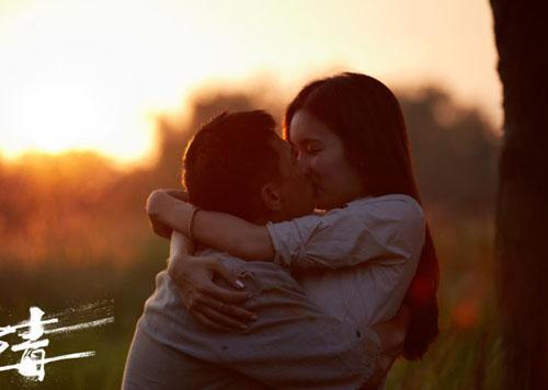 Trong Tảo độc, Poy và Gia Huy có mối tình mãnh liệt. Diễn viên cho biết, để thể hiện chân thật tình cảm, cô chủ động gần gũi Gia Huy, hiểu thêm về anh.