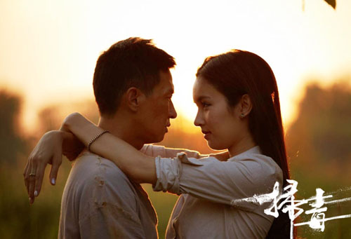 Tài tử Hong Kong và người đẹp chuyển giới Thái Lan hôn nhau trong khung cảnh lãng mạn.
