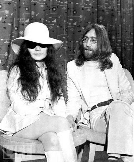 John Lennon bên vợ, Yoko Ono.