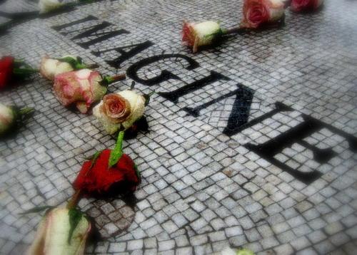 """Ngày 8/12 hàng năm, cả thế giới lại tìm nghe lại """"Imagine"""" và tới đặt hoa ở công viên Central Park để tưởng nhớ con người tài hoa, bạc mệnh."""