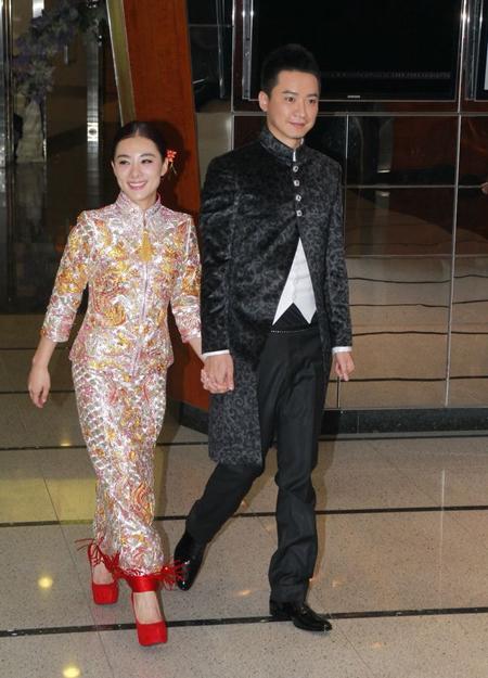 Cô đẹp dịu dàng trong trang phục dân tộc, sánh vai chồng.