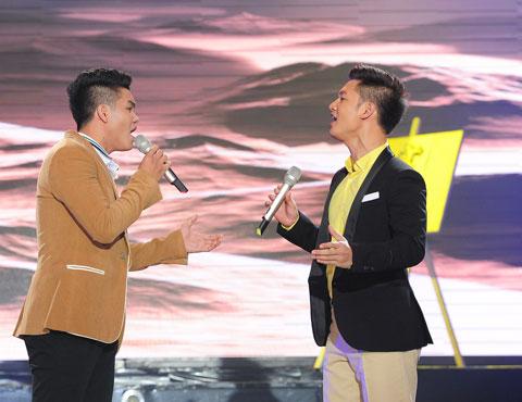 Phần thi thứ hai, anh song ca cùng Giải Nhất Tiếng hát Truyền hình năm 2000  ca sỹ  Đức Tuấn ca khúc Chuyện về một tình yêu.