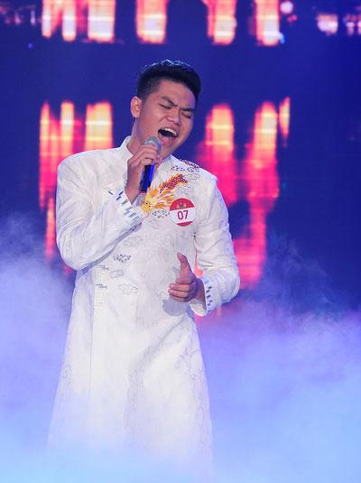 Phát huy thế mạnh ở dòng nhạc truyền thống cách mạng, trong vòng thi đầu tiên (đơn ca), Trung Kiên chọn ca khúc Hà Nội linh thiêng hào hoa của nhạc sỹ Lê Mây.