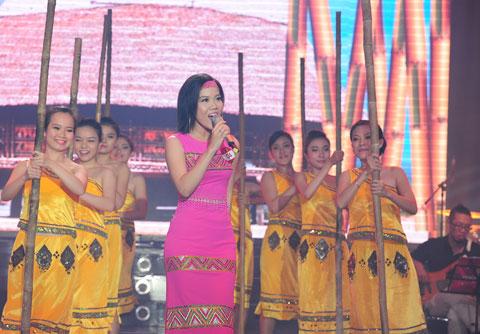 Từ phần thi đầu tiên với ca khúc tự chọn, Khánh Ngọc đã chinh phục những khán giả yêu dòng nhạc Cách Mạng bằng ca khúc Cô gái vót chông.