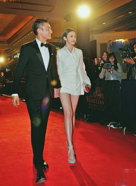 Cô khiến người hâm mộ trầm trồ bởi đôi chân thon dài, thẳng tắp.