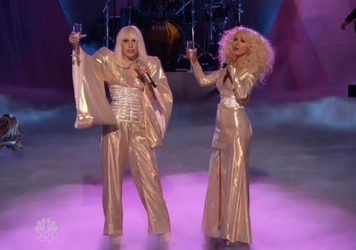 """Lady Gaga và Christina Aguilera bất ngờ song ca """"Do What U Want"""" trong đêm công bố kết quả The Voice Mỹ mùa thứ năm."""