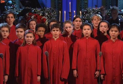 """Các em nhỏ biểu diễn """"Silent Night""""."""