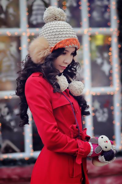 Mũ và găng tay trùm đầu của cô đều bằng len.