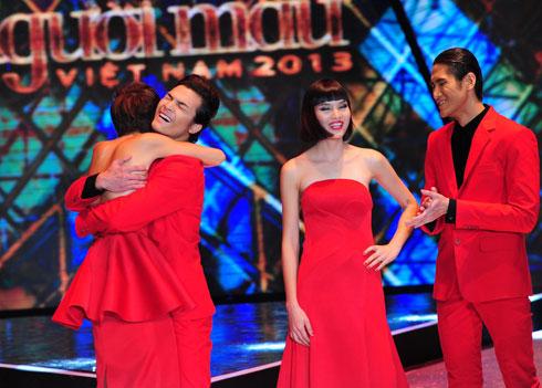 Chà Mi, Lê Văn Kiên (từ phải qua) chúc mừng Tuấn Việt và Thanh Thủy vào top 2.
